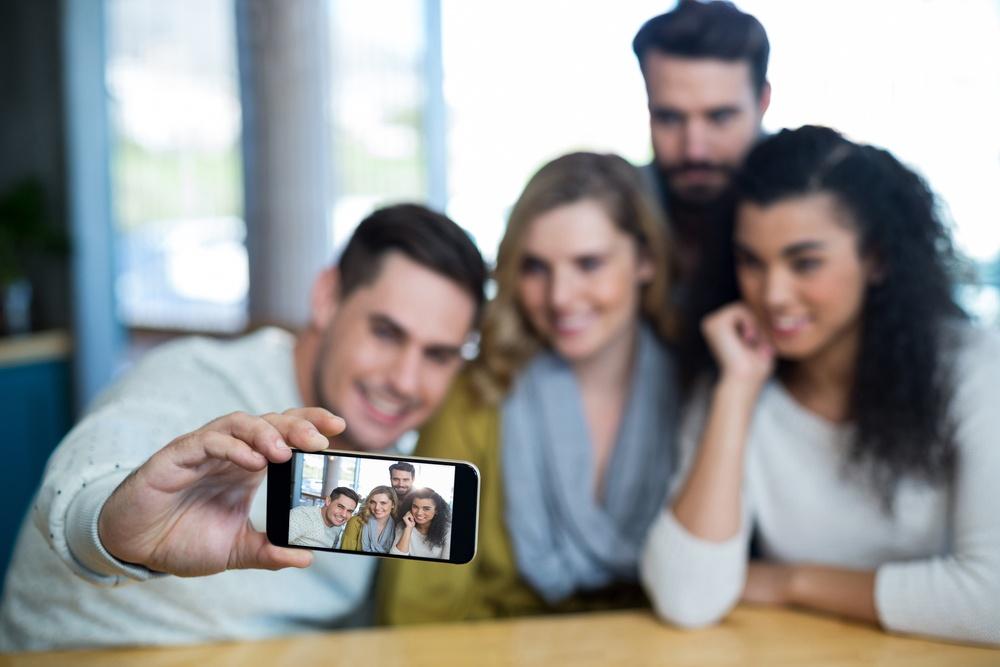 instagram-group-friends-social-media-selfie